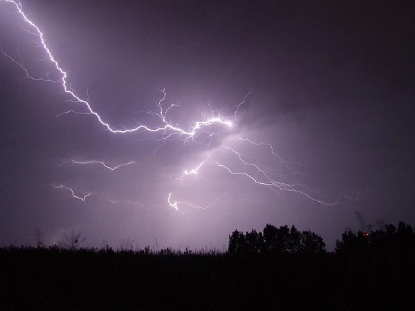 Schutz vor Gewittern? Wie schütze ich mich vor einem Blitzschlag?