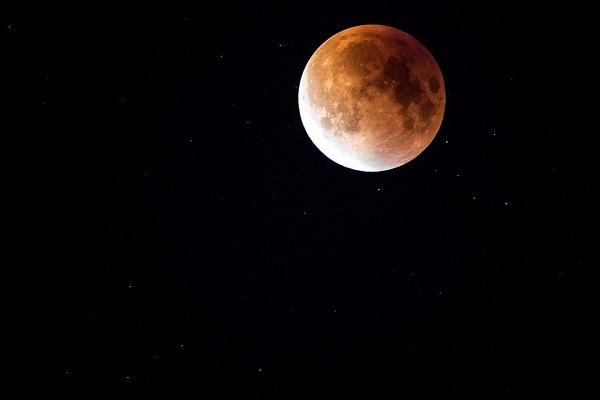 Die totale Mondfinsternis: Der Mond befindet sich im Kernschatten der Erde und wird vollkommen abgedeckt
