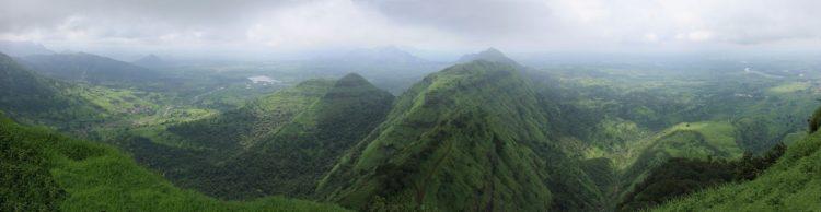 BIld des Gebirges in Indien, Monsun im Sommer, alles ist grün