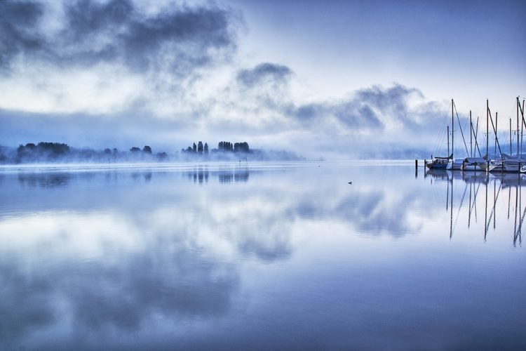 Seerauch, der mystische Nebel auf der Wasseroberfläche