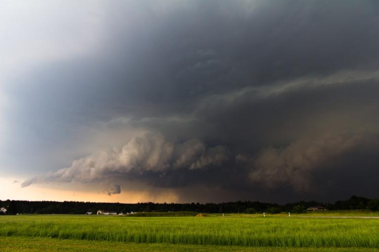 Ein Cumulonimbus mit Starkregen im Anmarsch