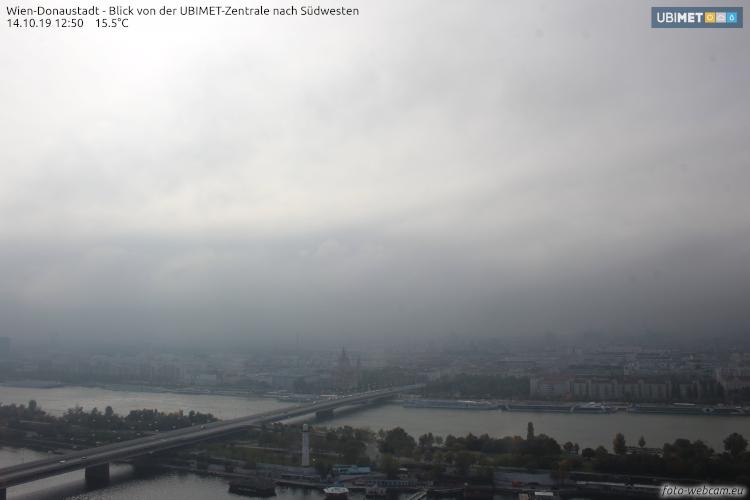 Ein häufiges Bild im Oktober: Wien versinkt im Nebel. Webcambild von der Donaucity Richtung Reichsbrücke und Mexikoplatz. Quelle: https://www.foto-webcam.eu