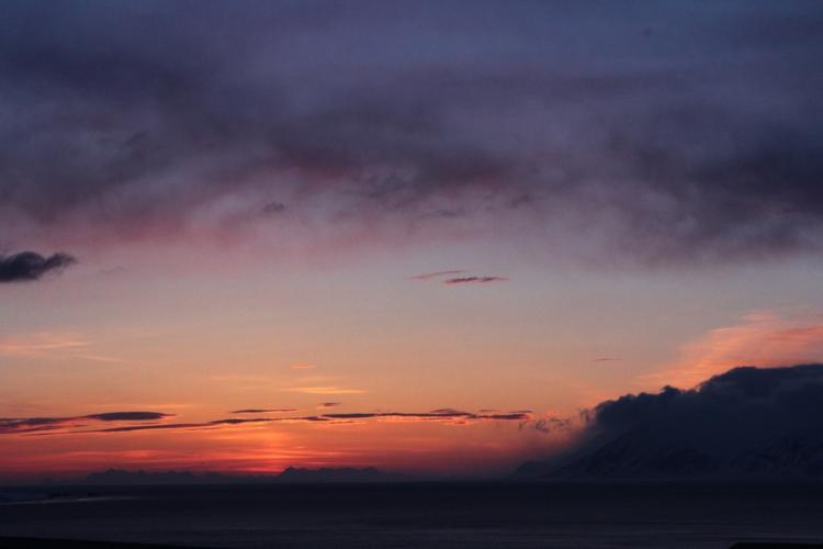 Ein Sonnenuntergang in der Arktis. Während des Polartages sinkt die Sonne gar nicht unter den Horizont!