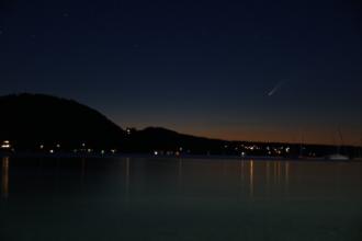 Der Komet Neowise aufgenommen am Attersee am 12.07.2020. t = 15 s ; f = 1/4,5 ; ISO = 650 ; Fotograf: Clemens Bauer, BSc