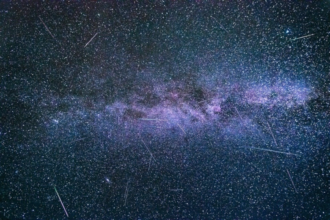 Eine Langzeitbelichtung der Perseiden. Im Hintergrund ein Nebenast der Milchstraße.