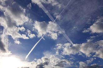 Wetter: Wolken und Kondensstreifen am Himmel