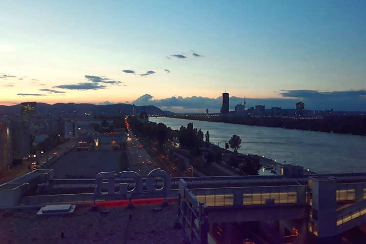 Skyline der Stadt Wien in der Abenddämmerung