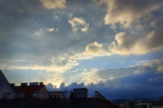 Hausdächer und Himmel über Wien 2020